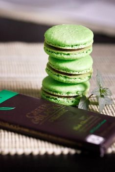 "Macarons menthe chocolat ""after eight"" / ""After Dinner"" Mint Macarons Macaron Flavors, Macaron Recipe, Macaron Cookies, Tea Cookies, Just Desserts, Delicious Desserts, Dessert Recipes, Yummy Food, Passion Fruit Curd"