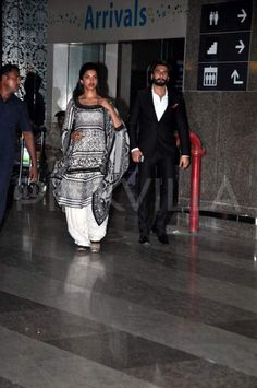 Deepika & Ranveer return from Jaipur |
