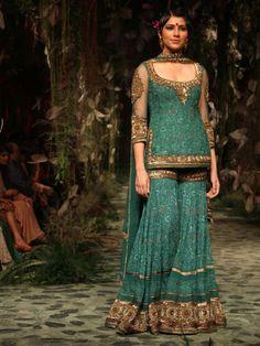 Latest Bridal Gharara Designs 2017 Find here stylish and trendy partywear Sharara designs thats most famous in this wedding seasion Sharara Designs, Choli Designs, Tarun Tahiliani, Indian Attire, Indian Wear, Indian Style, Pakistani Outfits, Indian Outfits, Bridal Fashion Week