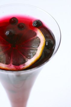 pomegranate blueberry mocktail: blueberries, pomegranate soda, pomegranate juice, white grape juice, and lemon slices Refreshing Drinks, Yummy Drinks, Fun Drinks, Non Alcoholic Sangria, Pomegranate Liqueur, Blueberry Cocktail, New Years Eve Drinks, Virgin Cocktails, Drinks Alcohol Recipes