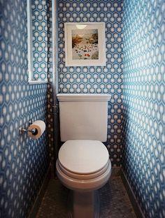hexagon wallpaper, in a guest toilet. 37 Inspirational Ideas To Design A Guest Toilet Guest Toilet, Small Toilet, Modern Toilet, Guest Bath, Powder Room Wallpaper, Bathroom Wallpaper, Wallpaper Toilet, Bad Inspiration, Bathroom Inspiration