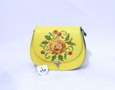 Tolba piele naturala cusuta manual pe capac cu motiv floral Leather Bags Handmade, Handmade Bags, Handmade Crafts, Flower Embroidery, Saddle Bags, Floral, Stitch, Pattern, Florals