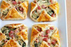 Πεντανόστιμα πιτάκια με ζαμπόν, τυρί και σπανάκι σε κρεμώδη μπεσαμέλ. Μια εύκολη συνταγή για να απολαύσετε υπέροχα πιτάκια, για πρωϊνό, ορεκτικό, συνοδευτικό για τα ψητά σας, ελαφρύ δείπνο με μια μεγάλη πράσινη σαλάτα, αλλά και
