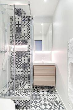 Une petite salle de bains noire et blanche qui a tout d'une grande