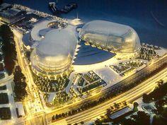 Visitamos otro hito arquitectónico en Singapur: El Teatro Ópera Esplanade, algo así como el equivalente a la Ópera de Sidney pero en el país asiático. Cuando se inauguró en 2002 con un coste de 600 millones de dólares marcó un antes y un después en la arquitectura de Singapur, hasta entonces excesivamente conservadora. Está compuesto de dos grandes salas: un teatro de 2.000 localidades y una sala de conciertos con 1.600 asientos.