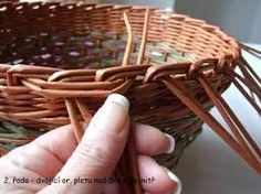 Výsledek obrázku pro pleteni z papiru cz pleteni papiru postup Newspaper Basket, Diy Paper, Diy And Crafts, Upcycle, Weaving, Paper Basket, Craft, Hampers, Paper Envelopes