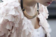 こういうフリフリ着てみたい。ロマンティックだけどネックレスはハード!