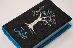**Tolle Hülle für das neue Gotteslob oder Gesangbuch aus hochwertigem Wollfilz in anthrazit, bestickt mit einem ganz besonderen Lebensbaum**  Die Blüten des Baumes werden in den Farben pink,...