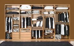 El principal problema en la organización del dormitorio está en la gran cantidad de ropa que debemos guardar. Para que este tipo de inconvenientes no se convierta en un dolor de cabeza, no dudes en optar por vestidores empotrados en la pared o en el armario y ganar más espacio.