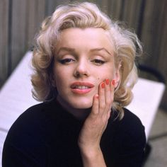 Alfred Eisenstaedt (Poland - Marilyn Monroe - May 1953 - photosession (for Life magazine) on patio outside her home North Dohenny Drive West Hollywood) Marilyn Monroe Frases, Fotos Marilyn Monroe, Marilyn Monroe Makeup, Marylin Monroe Style, Marilyn Monroe Portrait, Vivre A New York, Photo Star, Glamour, Norma Jeane
