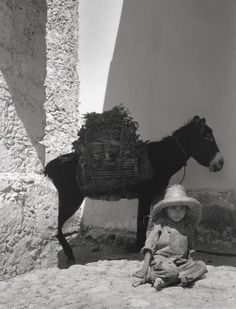 Paul Strand - Boy and Donkey, 1933 I really love this picture. The little boy catched my attention with his some what sorrow expression on his face. I feel like the donkey in the background emphasizes the boys expression. History Of Photography, Vintage Photography, Street Photography, Art Photography, Straight Photography, Alfred Stieglitz, Old Photos, Vintage Photos, Epic Photos
