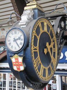 Este enorme reloj en la estación de York saluda a millones de visitantes, residentes y familiares a medida que llegan y salen de la ciudad!
