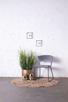 Grijze velvet stoel Grace heeft een chique en vintage uitstraling. Deze eetkamerstoel is perfect voor een vintage, urban of bohemian interieur! Nu voor 79,- Cosy Corner, Staging, Home And Living, Beautiful Homes, Backdrops, Planter Pots, Interior Decorating, House, Inspiration