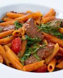 Penne met biefstuk, tomaat en basilicum