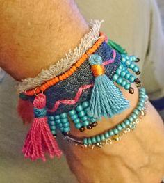 Bracelet en jean Denim,perles et pompons multicolores : Bracelet par la-fee-bobo