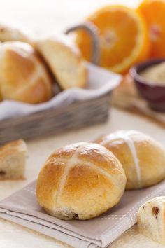 Soffici, speziati e profumati: gli hot cross buns sono dei panini dolci di origine anglosassone, preparati per tradizione durante le feste pasquali. Davvero buonissimi! #Giallozafferano #recipe #ricetta #UK #bread #pane