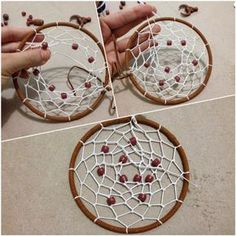Un atrapasueños como este puede ser tuyo si sigues el paso a paso. ¡Descubre su tradición! ;) Dream Catcher Kit, Dream Catcher Wedding, Making Dream Catchers, Dream Catcher Craft, Diy Dream Catcher Tutorial, Craft Projects, Projects To Try, Yarn Wall Art, Horseshoe Crafts