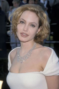 Angelina Joile, 90s Hairstyles, Brad Pitt, Beautiful Actresses, Celebs, Glamour, Hair Styles, Sexy, Beauty