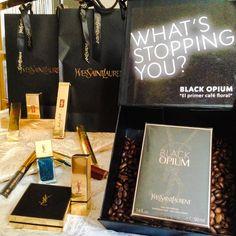 Wow! #YSL me mima mucho! Conocéis la nueva fragancia #BlackOpium ? Y su maquillaje exquisito! Pronto mi @marthagcasado lo lucirá en uno de nuestros #StreetStyle! ✨❤️ #ActitudYSL