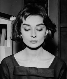 "Audrey Hepburn on the set of ""Love in the Afternoon"" in Paris, 1956 Peinados Audrey Hepburn, Audrey Hepburn Mode, Aubrey Hepburn, Audrey Hepburn Photos, Audrey Hepburn Makeup, Audrey Hepburn Hairstyles, Audrey Hepburn Style Hair, Classic Hollywood, Old Hollywood"