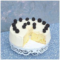 Chiffon ist ein hauchzartes, schleierartiges Gewebe, das meistens aus Seide hergestellt wird. Als Name für einen Kuchen also durchaus gut gewählt, löst es doch gleich eine Assoziation an seidig und leicht aus.  Kreiert wurde dieser Kuchen 1927 von Harry Baker, einem Versicherungskaufmann, der mit diesem Kuchen