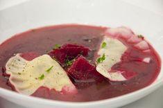 Polnische rote Beete-Suppe auf Gemüsebasis als vegane Version.