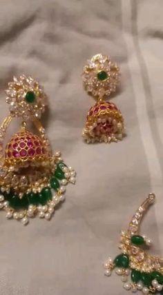 Gold Jhumka Earrings, Indian Jewelry Earrings, Indian Jewelry Sets, Jewelry Design Earrings, Gold Earrings Designs, Indian Gold Jewellery, Gold Temple Jewellery, India Jewelry, Bridal Jewellery