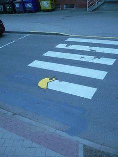 Kunst op straat, vind ik zeer leuk en hilarisch. Pac-man die een zebrapad opeet,  veiligheid en comedy in 1!