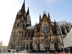 La Kölner Dom, la catedral de Colonia, es la más grande de su tipo en Alemania. Tardó 600 años en completarse y fue reconocida como Patrimonio de la Humanidad en 1996. También cuenta con reliquias de guardia del templo asociado a los Reyes Magos, que estableció la ciudad como un importante centro de peregrinación, y cuenta con la torre de iglesia más alta del mundo. Para llegar allí, hay que subir 509 escalones, y con las piernas cansadas, admirar el panorama de Colonia a 157 metros de…