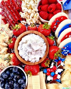 How to Make a of July Dessert Board - Urban Bliss Life Patriotic Desserts, 4th Of July Desserts, Fourth Of July Decor, 4th Of July Celebration, 4th Of July Decorations, 4th Of July Party, Patriotic Party, July 4th Appetizers, Patriotic Crafts