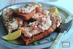 Le tartine al salmone affumicato, sono uno dei finger food più amati durante glii aperitivi con gli amici o buffet delle feste. Leggi la ricetta...