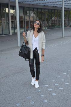Voici un look d'automne tout simple et bien confortable comme je les aime! Ici le pantalon en similicuir apporte la touche habillée et vient contraster le côté cosy du combo gilet grosse maille, t-shirt loose et… Voir l'article