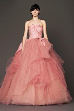Vestido rosa de falda princesa, con lazos en el corpiño, de Vera Wang