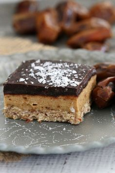 The most deliciously guilt-free HEALTHY & RAW SALTED CARAMEL SLICE. Three layers bursting with an oozy caramel filling and topped with sea salt sprinkled chocolate. Raw Dessert Recipes, Raw Vegan Desserts, Vegan Sweets, Healthy Sweets, Healthy Baking, Raw Food Recipes, Baking Recipes, Delicious Desserts, Vegan Raw