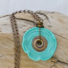 Beautiful necklace.  Need to figure out how to make one...