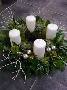 Excellent No Cost elegant Advent Wreath Thoughts Numerous chapels coordinator a good Advent-wreath-making celebration upon the primary Sunday with th Christmas Advent Wreath, Christmas Candle Decorations, Advent Candles, Christmas Arrangements, Christmas Candles, Winter Christmas, Christmas Time, Flower Arrangements, Christmas Crafts