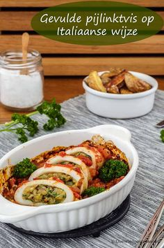 Gevulde pijlinktvis op Italiaanse wijze - Verrassend lekker stukje vis gevuld met onder meer olijven, zongedroogde tomaten, Parmezaanse kaas en peterselie. #pijlinktvis #inktvis #olijven #zongedroogde #tomaten #tomaatjes #peterselie #parmezaanse #kaas #ui #knoflook #paneermeel #ei #recept Fish Recipes, Low Carb Recipes, Healthy Recipes, Shrimp Dishes, Fish Dishes, Summer Bbq, Fish And Seafood, Good Food, Food And Drink
