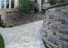 Highland Stone® #RetainingWall, with a mix of Blue ridge and Bull Run colors. Wall cap: XL Cap, Bull Run. CottageStone Antiqued Edging in Chesapeake.