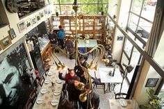 Το deli restaurant που βρίσκεται στο Κουκάκι βασίζεται σε μικρούς παραγωγούς από όλη την Ελλάδα και διαμορφώνει τις συνταγές του επηρεασμένο από την λιτότητα της αγιορείτικης κουζίνας.