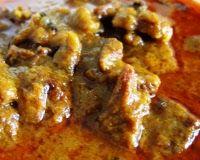 Kare daging Javaanse curryschotel van gekruid en gestoofd rundvlees.  ½ kg.  rundvlees 3 grote witte uien 4 teentjes knoflook 3 lomboks (rode pepers) 1 theel. laospoeder 2 theel.  ketoembar 1 theel. djinten (komijn) 1 theel. koenjit (geelwortelpoeder) 2 kemirinootjes of een theel. pasta 1 spriet sereh 2 blaadjes salam 4 djeruk perut blaadjes peper uit het molentje zout naar smaak 3 eetlepels plantaardige olie 25 gram geconcentreerde santen.  Kwart blokje. 3 eetl. ketjap manis