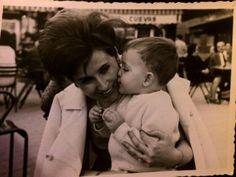 Virtudes Izquierdo y su hijo Óscar, parte de la familia propietaria de Docamar,  sentados en la terraza frente a  Cuevas, la tienda de vestidos de novia más famosa de la plaza. Foto de 1967.