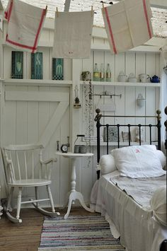 Nice arrangement for a small room - love the old towels above too