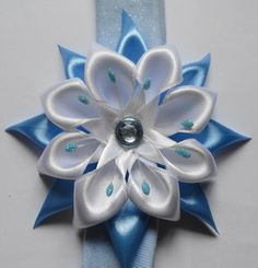 <3 BLUE AND WHITE BEAUTY- Different style petals are used in different layers.