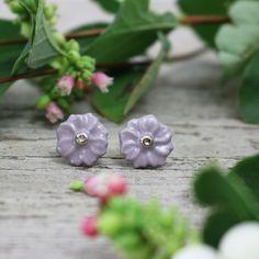 Flower+Porcelánové+náušničky-+kvítka.+Originální+ručně+modelované,+střed+je+ručně+zlacen+pravou+platinou(preparát+drahého+kovu).+Limitovaná+šedá+s+kapkou+fialové+vzniklamísením+dvou+pigmentů.+Limitováno!+průměr+1,3cm+Tento+pár+je+na+hypoalergenních+puzetkách.+Sadu+můžete+vytvořit+s+:+https://www.fler.cz/zbozi/flower-8734574...