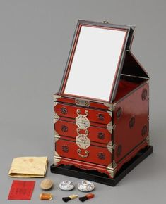 Late Joseon Princess Deokhye's life revealed Late Joseon Princess Deokhye's life revealed Traditional Furniture, Traditional House, Princess Deokhye, Wooden Flower Boxes, Korean Tea, Korean Traditional Dress, Pretty Box, Aesthetic Room Decor, Chinese Culture