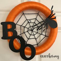 orange and black Halloween wreath decoration camping, wreaths, bestfriend ideas, halloween The post DIY Halloween Wreath appeared first on Dekoration. Spirit Halloween, Spooky Halloween, Holidays Halloween, Kids Halloween Crafts, Halloween Tipps, Haloween Craft, Halloween 2018, Halloween Party, Adornos Halloween