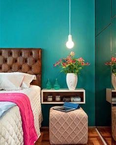 Uma parede colorida no quarto dá um toque de modernidade. A cabeceira de couro e o nicho como criado mudo deixam o espaço sofisticado #decoracaodeinteriores #designdeinteriores #inspiração #inspiration #arquiteturadeinteriores #mobly #moblybr #bomdiaa #quarto #bedroom #flores #color #sun #quartafeira #homesweethome #homedecor #home #house #love #happy