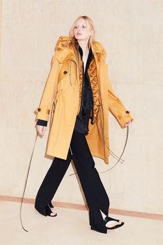 Victoria Victoria Beckham Resort 2018 Fashion Show Collection: See the complete Victoria Victoria Beckham Resort 2018 collection. Look 12 Fashion Colours, Love Fashion, Fashion Design, Parker Coat, Spring Summer Fashion, Winter Fashion, Victoria Beckham Collection, Office Looks, Vogue Russia