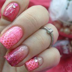 Pink glitter & bling  Pink de @avonarg Vitral Rosa de  @wibblywobblynailsstuff Glitter Rosa Shiny by Jactan's y para estampar esmalte Blanco Francés de Frantic y placa Bridal 07 @moyou_london by vintage_queen_nails