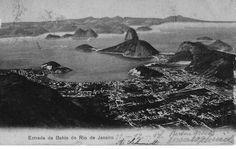 Uma vista ampla da Baía de Guanabara, em postal datado de 21 de dezembro de 1907. Não existia o bairro da Urca nem o bondinho do Pão de Açúcar, que foi inaugurado em 1912.